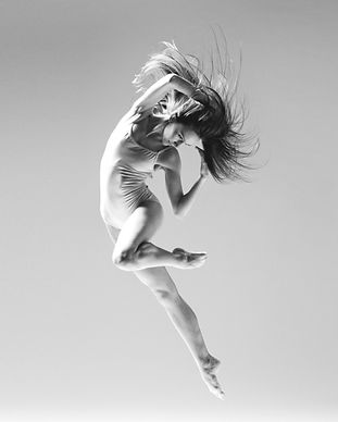 Ballet%20Dancer%20in%20Mid-Air_edited.jp