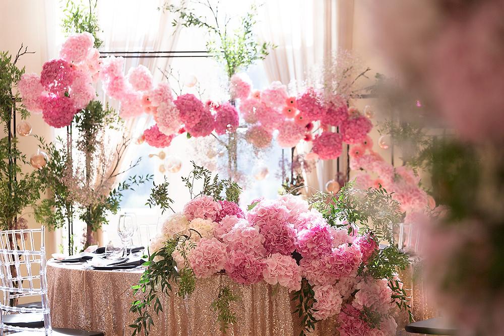 stół pary młodej ozdobiony różowymi hortensjami