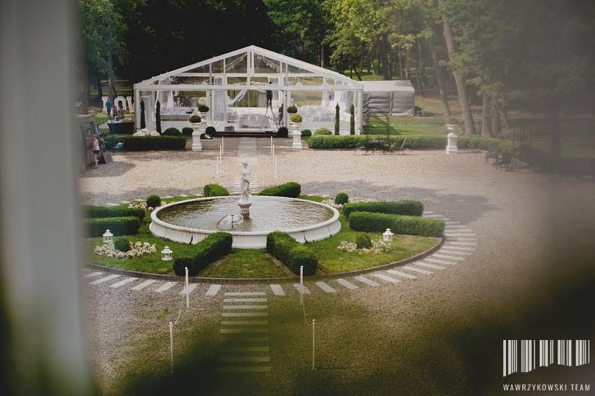 namiot weselny w ogrodzie z fontanną
