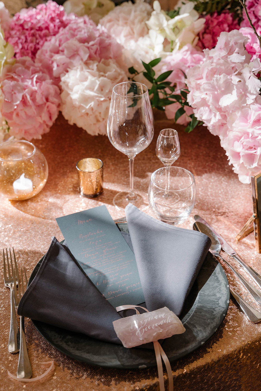 dekoracje stołu, kwiaty, podtalerz, winietka, serweta