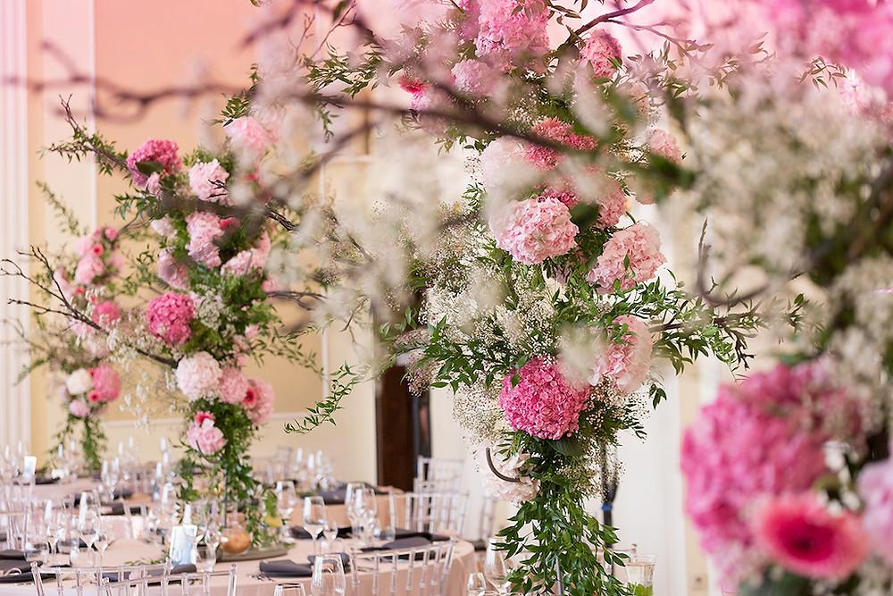 dekoracje stołu w stylu rose gold