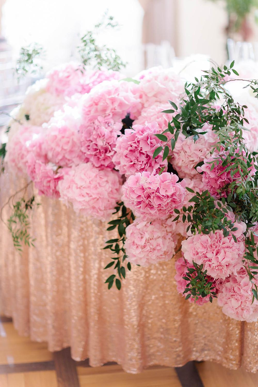 hortensje i obrus rose gold na stole pary młodej