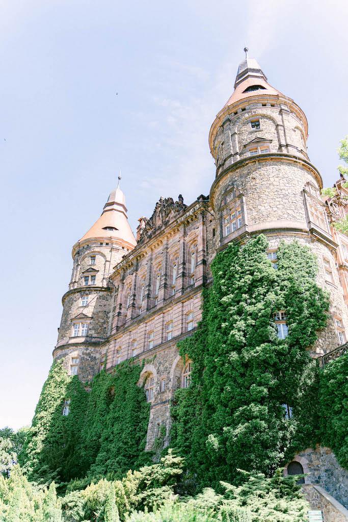 widok na zamek książ od dołu