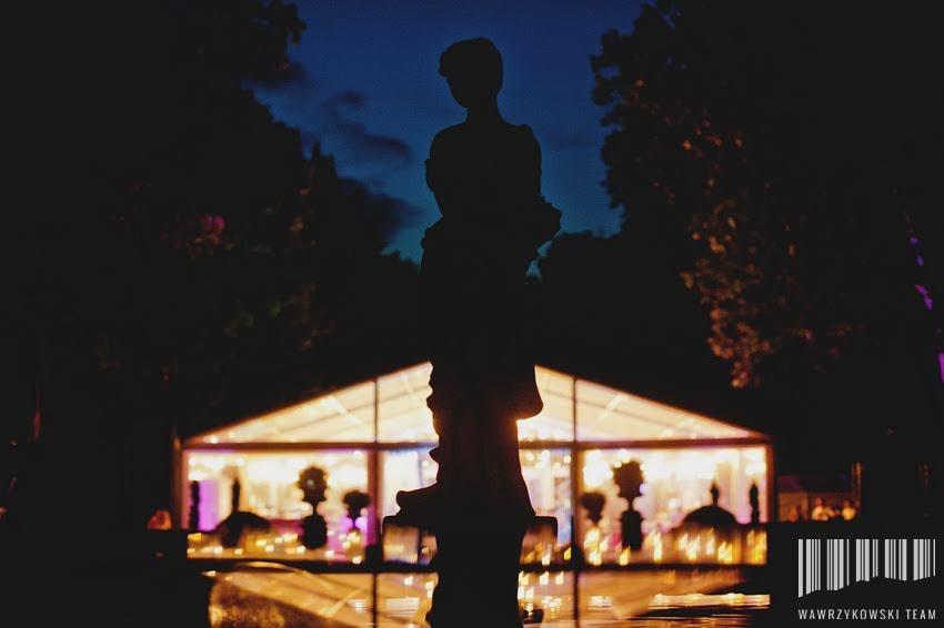 namiot weselny  oświetlony nocą