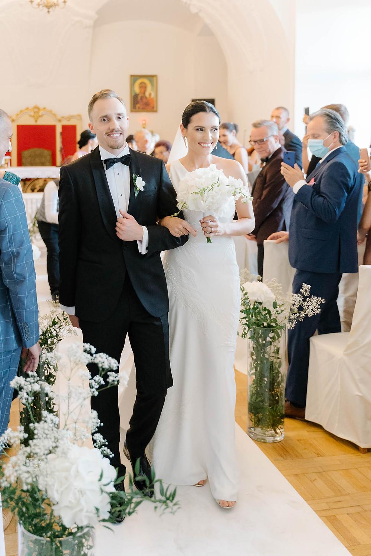 Para młoda w kaplicy zamku książ po ślubie