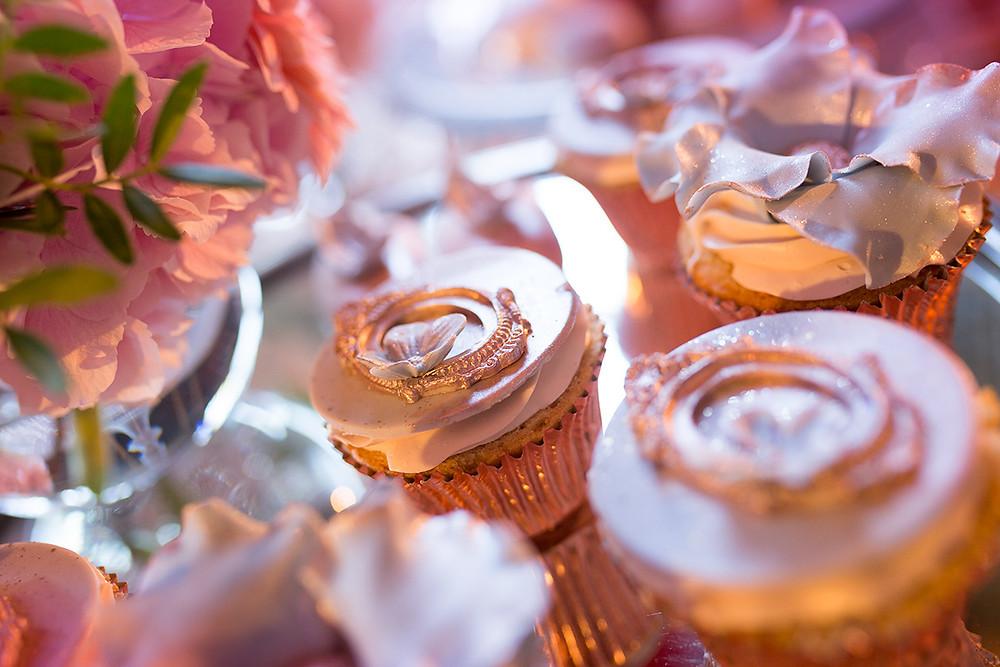 Zdobione muffinki w stylu rose gold