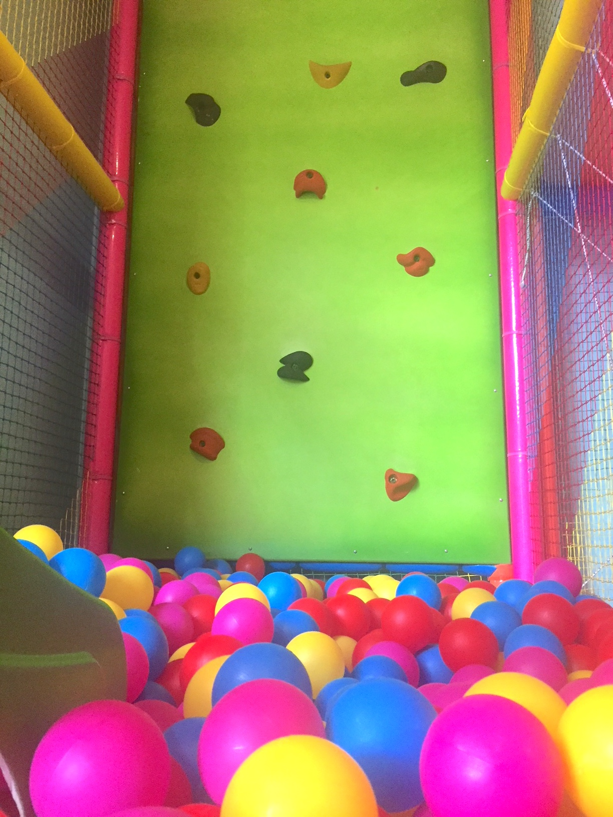 Rocódromo y piscina de bolas