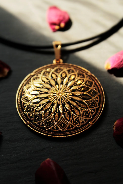 Damascene handmade pendant made of 24 kt pure gold.
