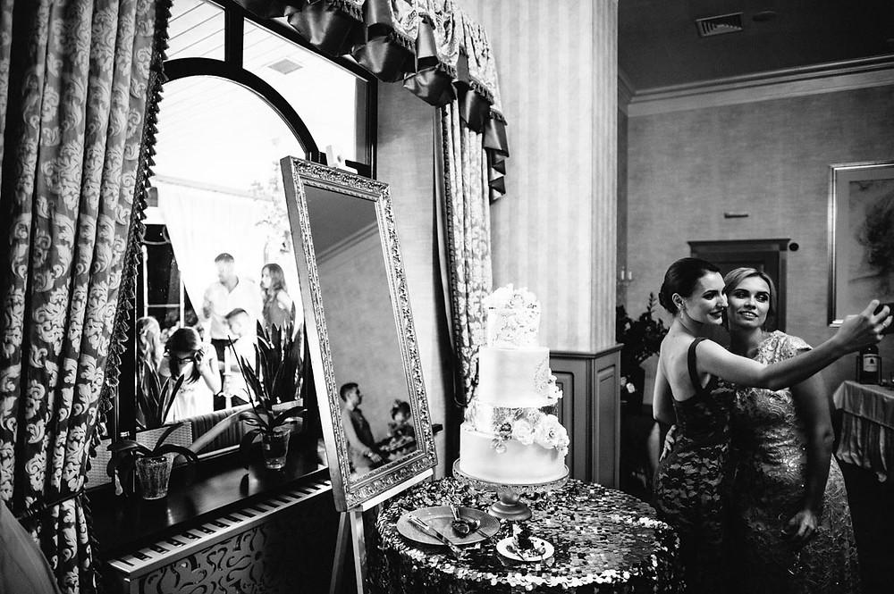 """Зуміти зробити гарні фото - добре! Вміло зняти репортаж - це чудово! """"Розповісти"""" за допомогою альбому про день весілля, правильно розставивши акценти та відтворивши настрій дня - це мистецтво!  Я шукаю останнього! Для мене """"лице"""" весілля важливіше за ефектну фотографію! Це буде зігрівати роками! Ось що насправді цінне!"""