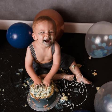 Cakesmash voor de 1e verjaardag van Matteo, gebaseerd op de kleuren die gebruikt werden bij het geboorteconcept. Foto: Vicky Fotografie