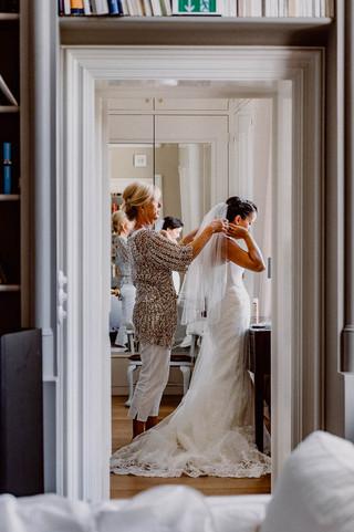 Getting dressed I Braut