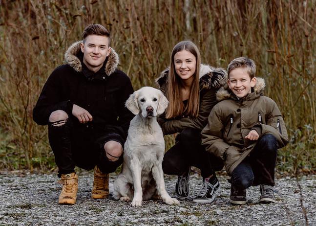 drei Kinder ein Hund