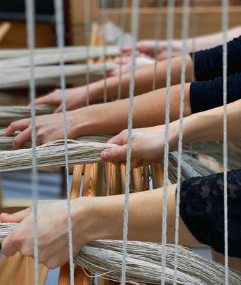 Préparation d'une chaîne en lin dans l'atelier de PERRINE