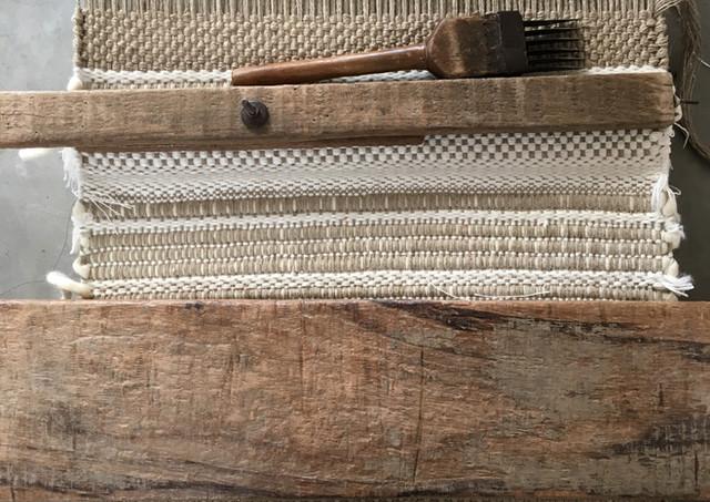 Peigne et templet sur le métier à tisser de PERRINE