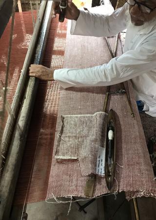 Tissu PERRINE en cours de tissage sur une chaîne en lin et une trame en soie