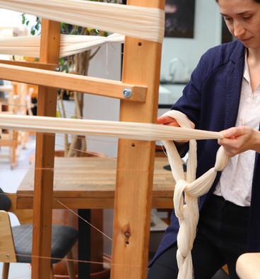Ourdissage en cours dans l'atelier de PERRINE