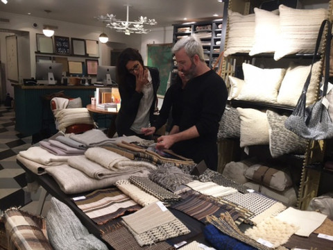 Perrine présente ici ses dernières créations textiles auprès de sa clientèle new-yorkaise