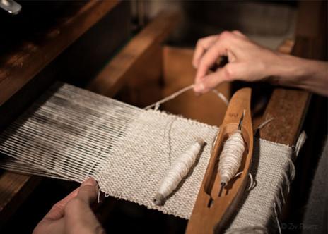 Tissage en cours sur les métiers à tisser de PERRINE