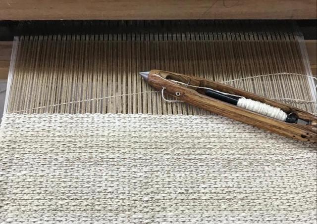 Tissage en cours du tissu PERRINE Cyria en lin et soie