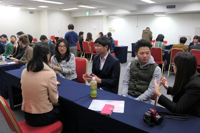 Không khí sôi nổi giữa sinh viên và senpai trong phần tương tác.