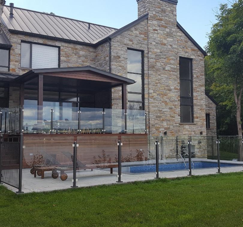 Rampes et clôture de verre