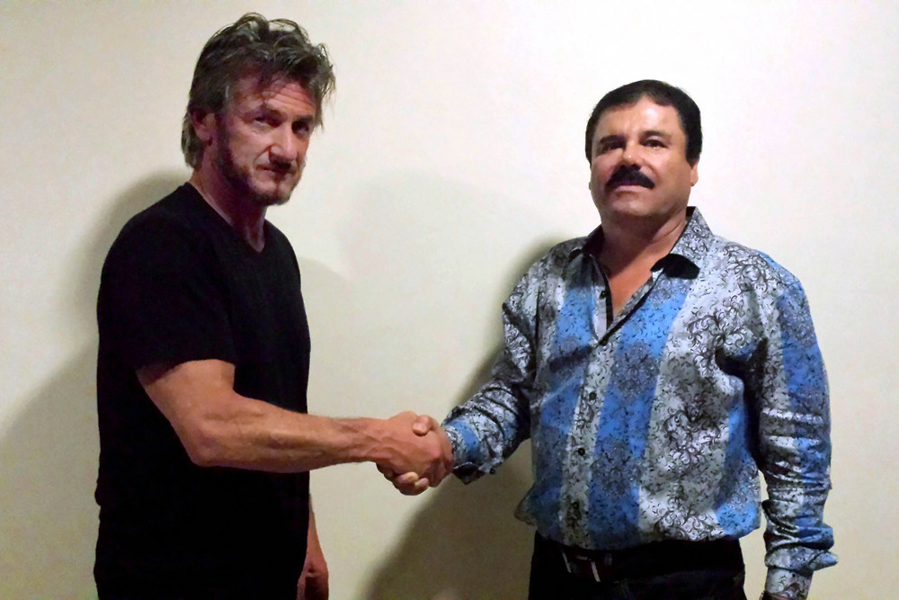 Shaun Penn shaking hands with El Chapo