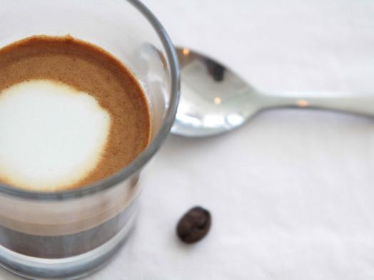 Prečo piť horúcu kávu v lete?