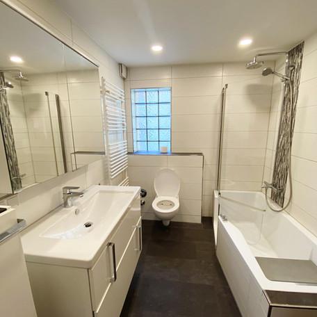 Eines unserer Badezimmer mit extra großem Waschbecken.