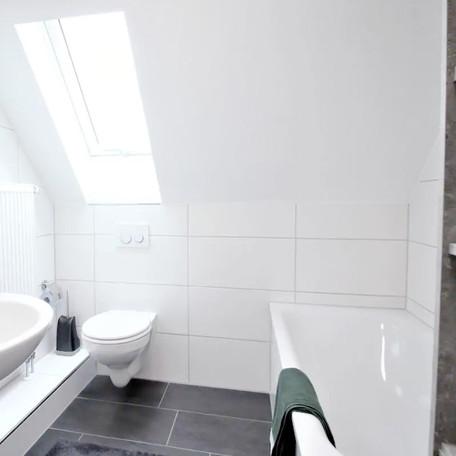 Modernes Badezimmer für Monteure.