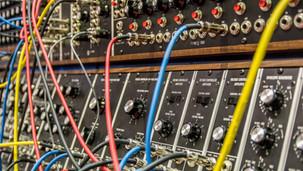 Lyt til vores egne podcasts - en om elektronisk musik og en om lyddesign i podcasts