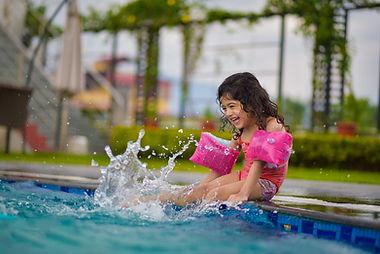 meisje speelt in zwembad