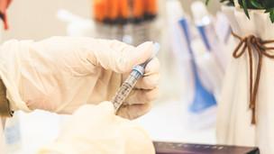 Quais os principais efeitos adversos dos inibidores SGLT-2?