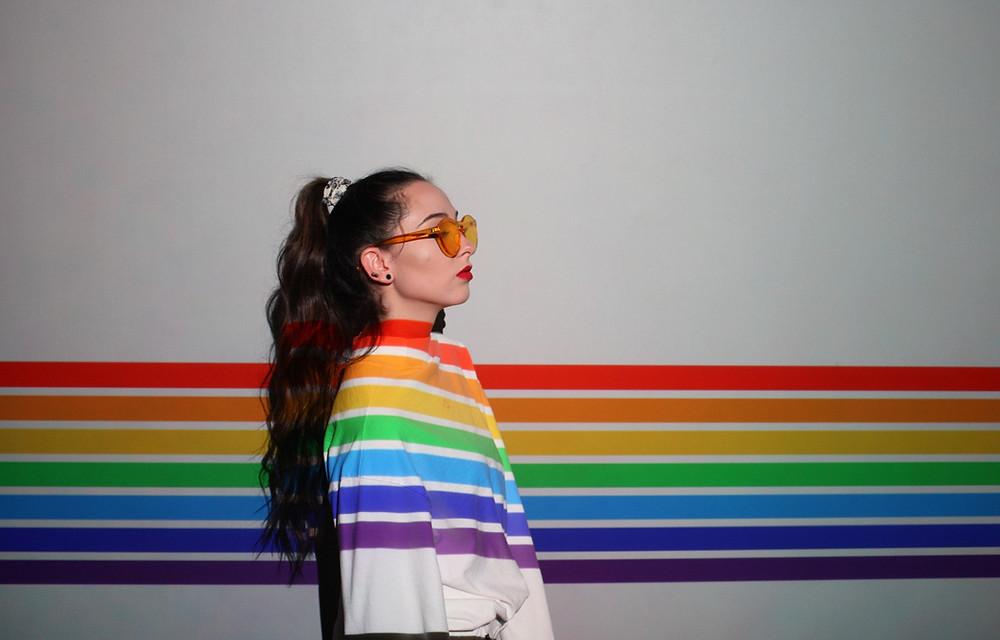 ragazza con arcobaleno