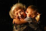 grootouder wordt omhelsd door kind