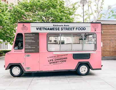 Elk type food truck is mogelijk, welke is onmisbaar voor uw destination wedding. Foto door S O C I A L . C U T