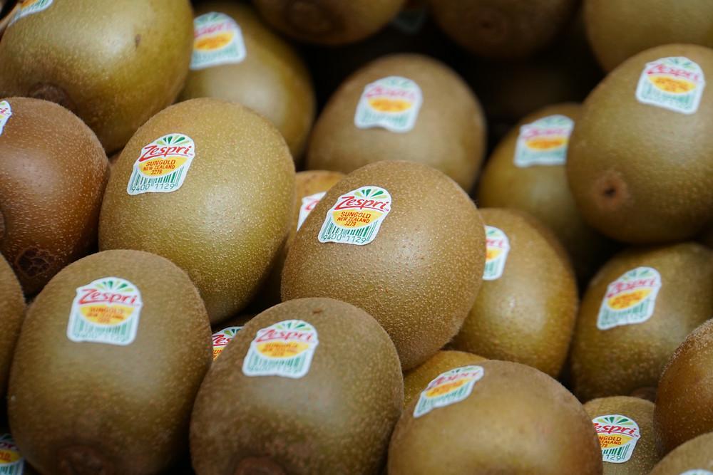 kiwifruits stacked