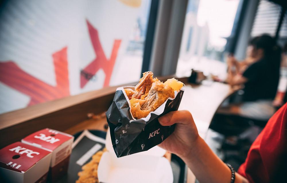 Crocchette di pollo a base di carne sintetica