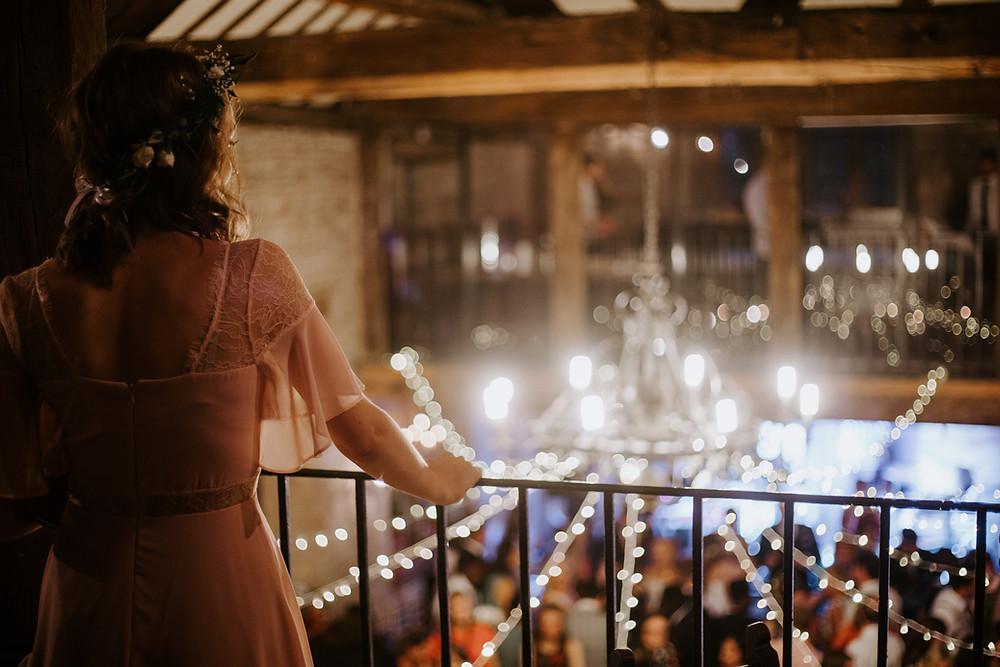 sposa nella location guarda ospiti dalla terrazza