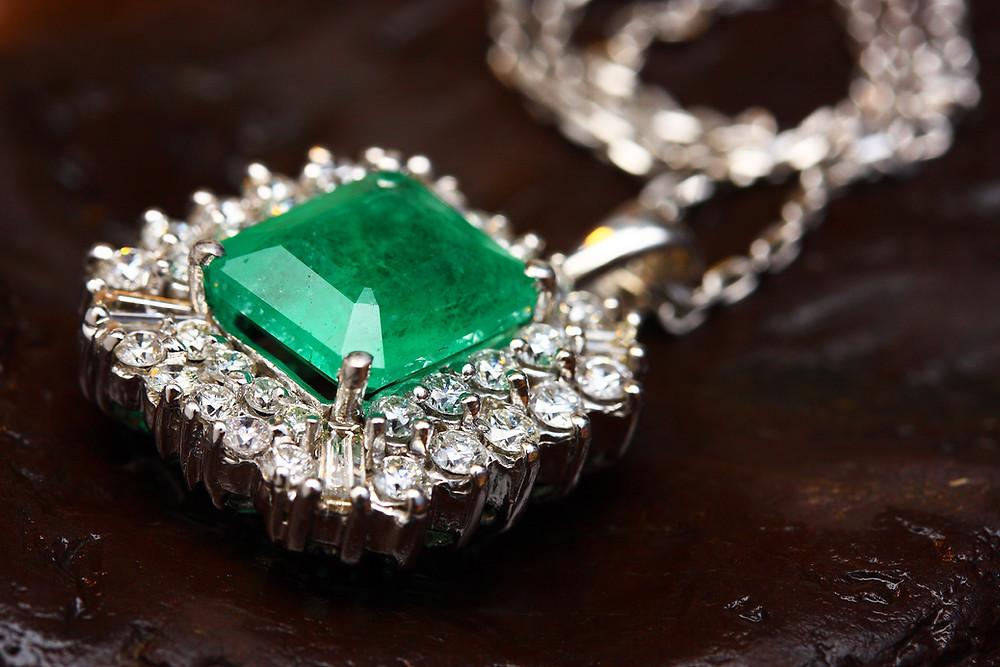 Jóia de diamantes com esmeralda