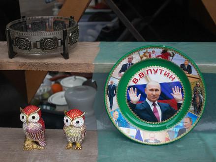 Velikonoční Hamáček, třetinový Petříček, nejkrásnější Putin a dinosauři