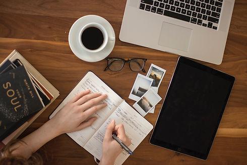 Pult mit Kaffee und Notizbuch