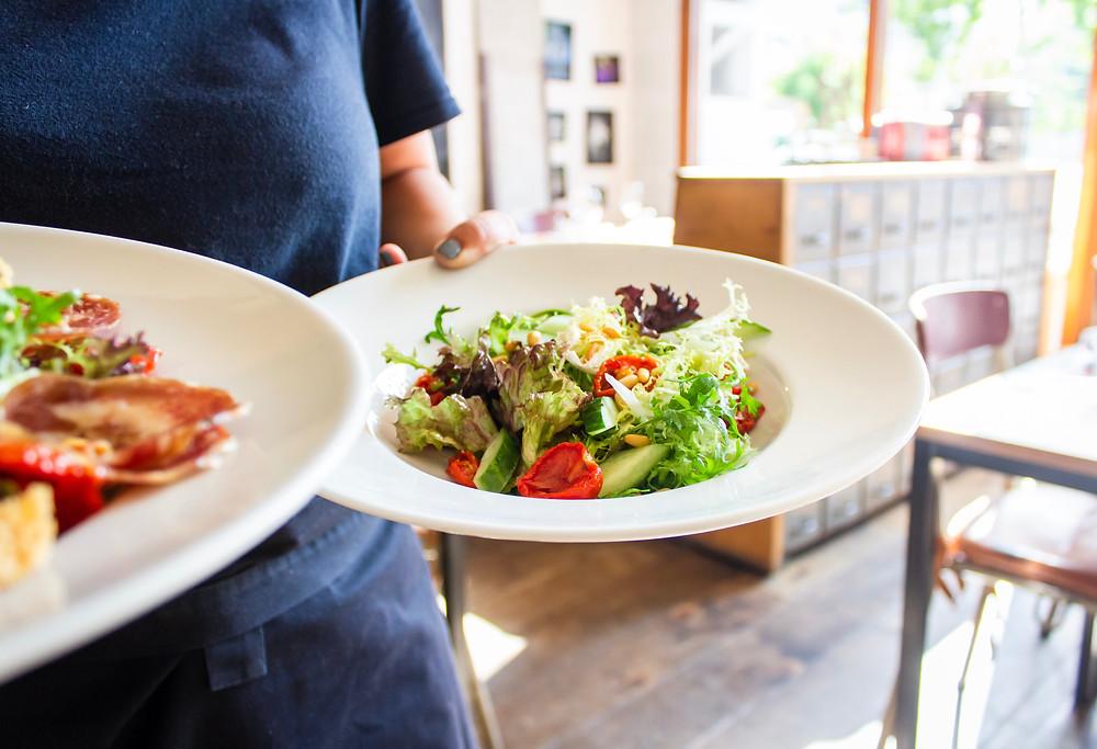 Restauradores lidian con el aumento de los costos de los alimentos.