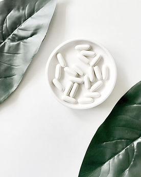 Weisse Tabletten wie Schmerztabletten auf einem Teller der Drogerie im Schwamedingerhuus Zürich