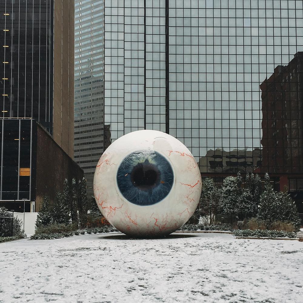 """עין גדולה בכניסה לבניין. """"האח הגדול"""""""