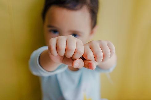 Enfant avec les poings en avant