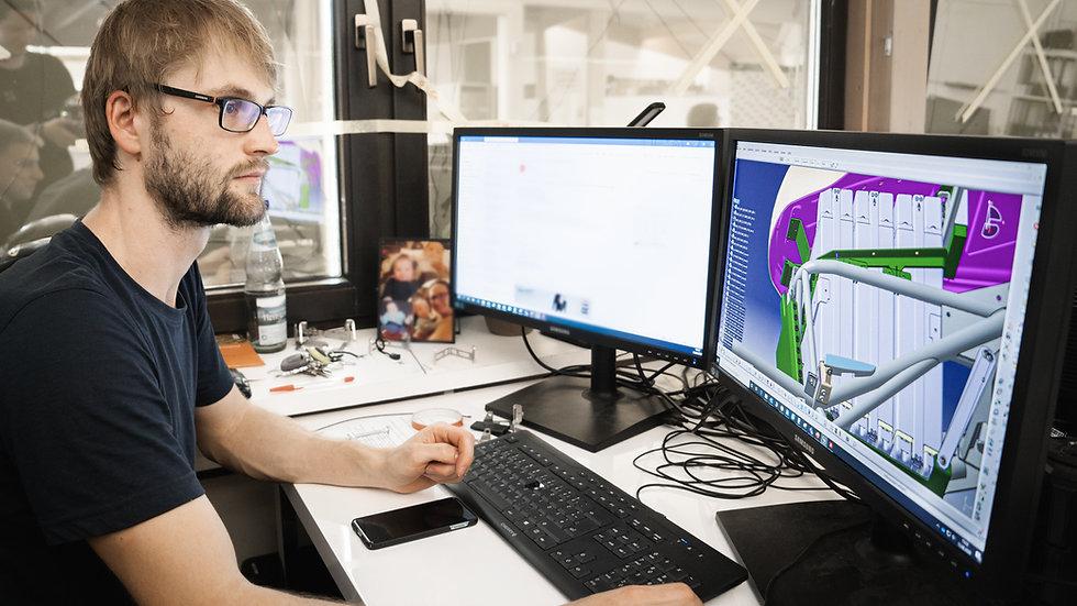 Schreiner arbeitet vor PC an CAD Software