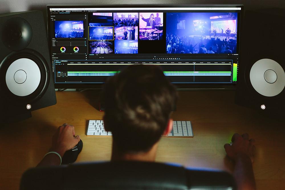 עורך וידאו מתרגל בקורס עריכה