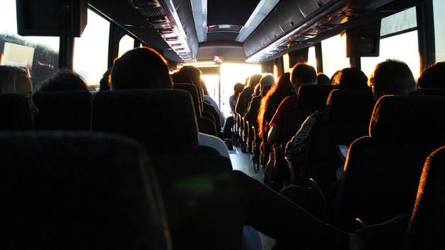 A gyerekek álljanak a buszon vagy az idősek?