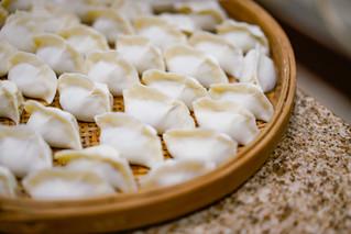 包饺子 bāo jiǎozi