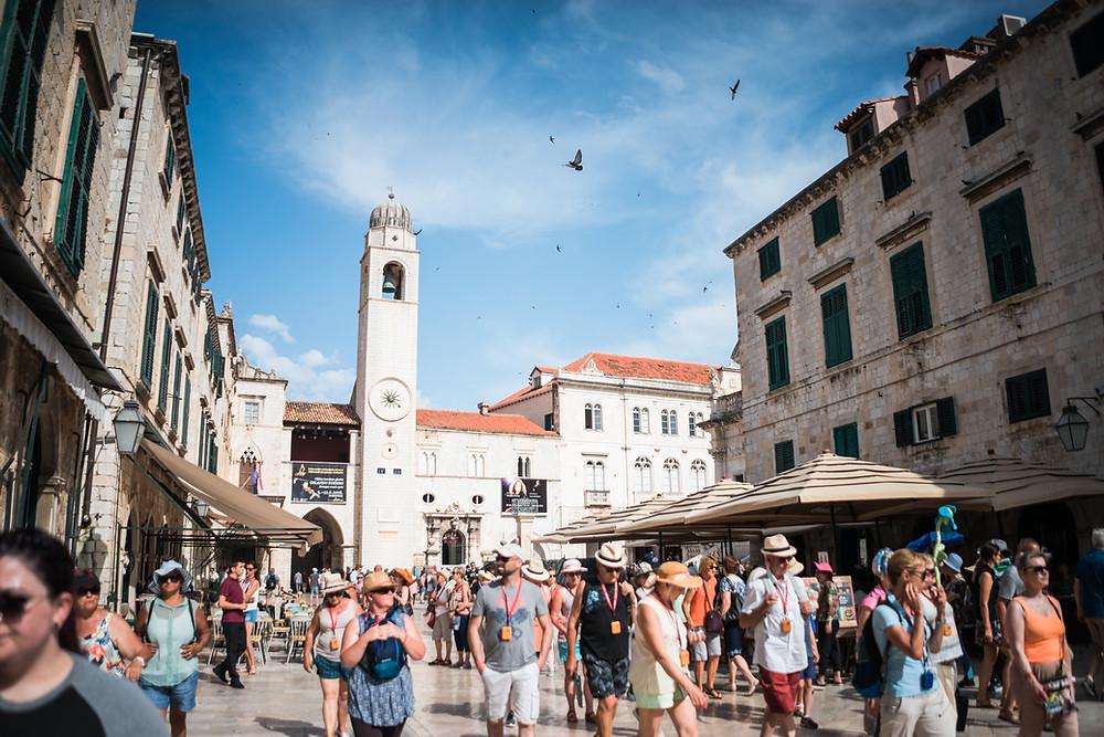 Typisches Straßenbild in kroatien während Hochsaison